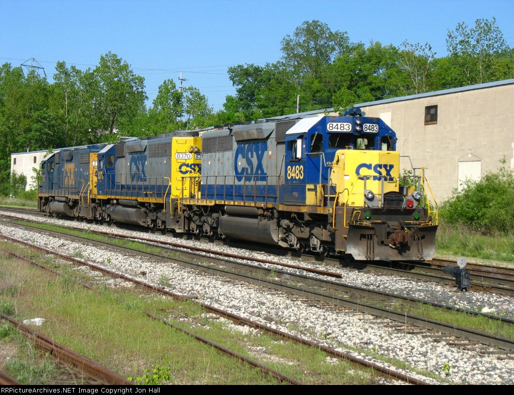CSX 8483, 8370 & 2517 waiting for the signal at Plaster Creek