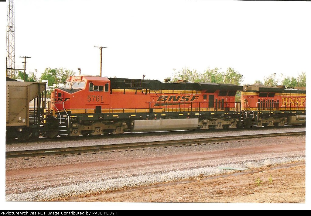 BNSF 5761 rolls as a 2nd unit into Springfield, M.