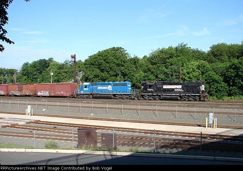 NS 5220 & CSX 8817