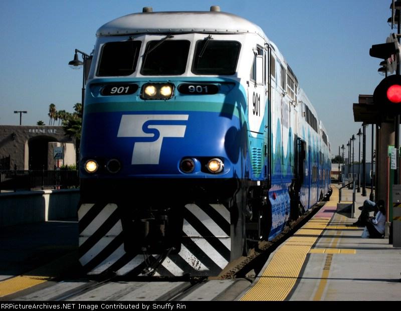 Metrolink train went through Glendale station