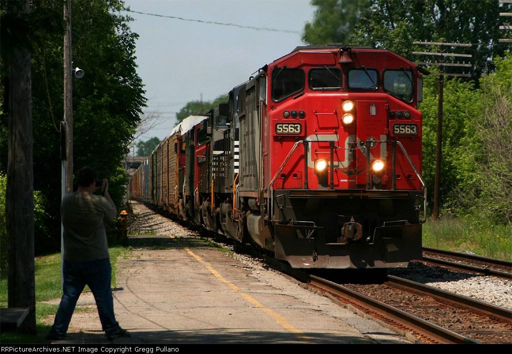 CN 5563 on X392