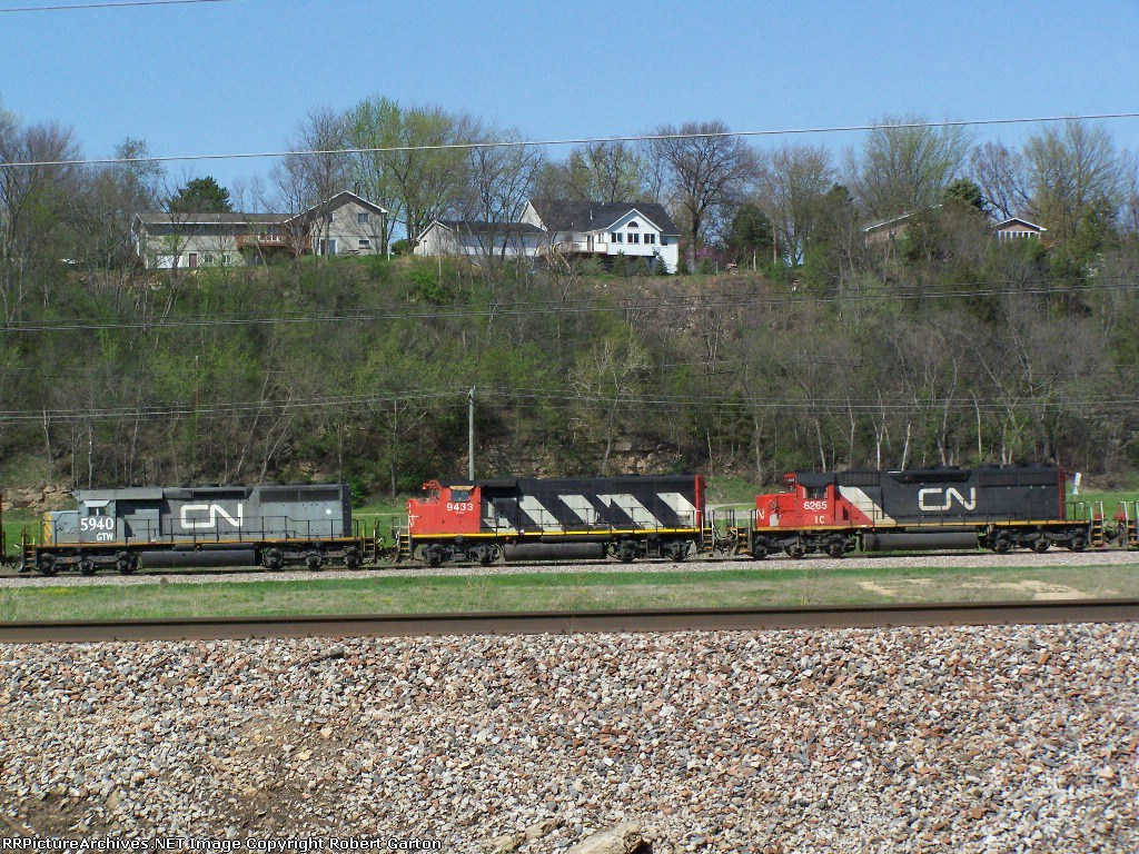 IC 6265 (SD40-3), CN 9433 (GP40-2LW) and GTW (SD40-3) Help Pull Freight