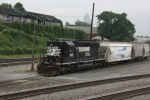 NS 3265 (SD40-2) Pushes back across the diamond to go switch cars out