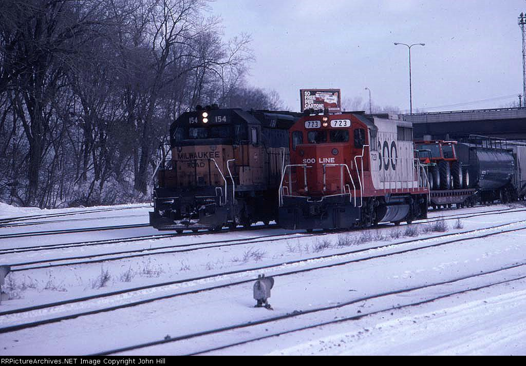 1390-12 Westbound SOO/MILW freight passes Hoffman Ave
