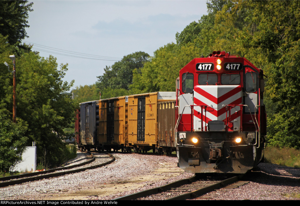 With their short train clear of Sherman Ave., L463 rolls to a stop on the yard lead