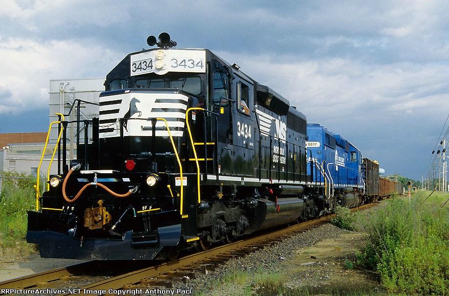 Conrail SA22 with a repainted 3434