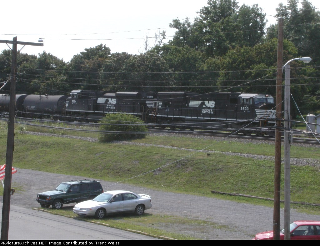 NS 2633 leads eastbound NS train
