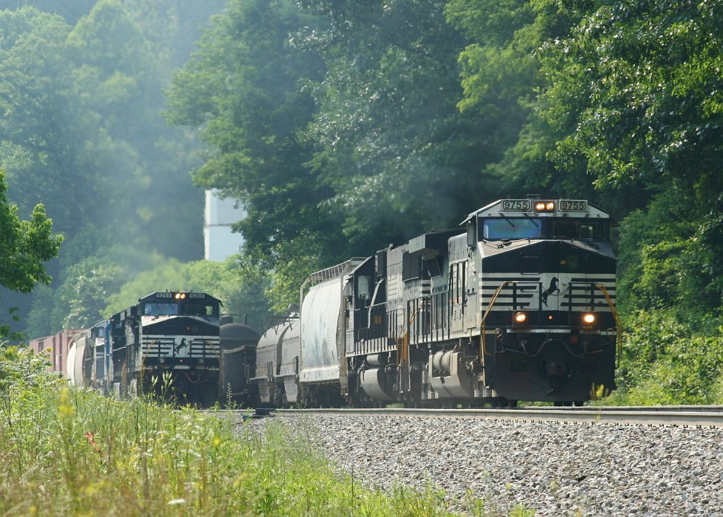 Two freight trains race to Elkhorn Tunnel