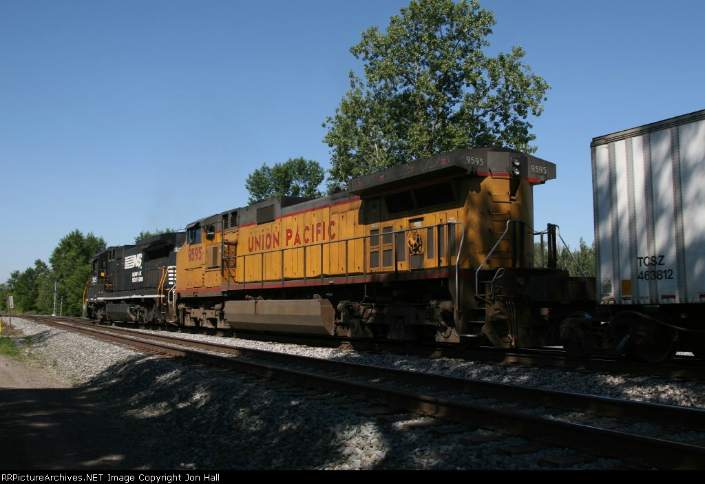 UP 9595 trailing behind NS 3525