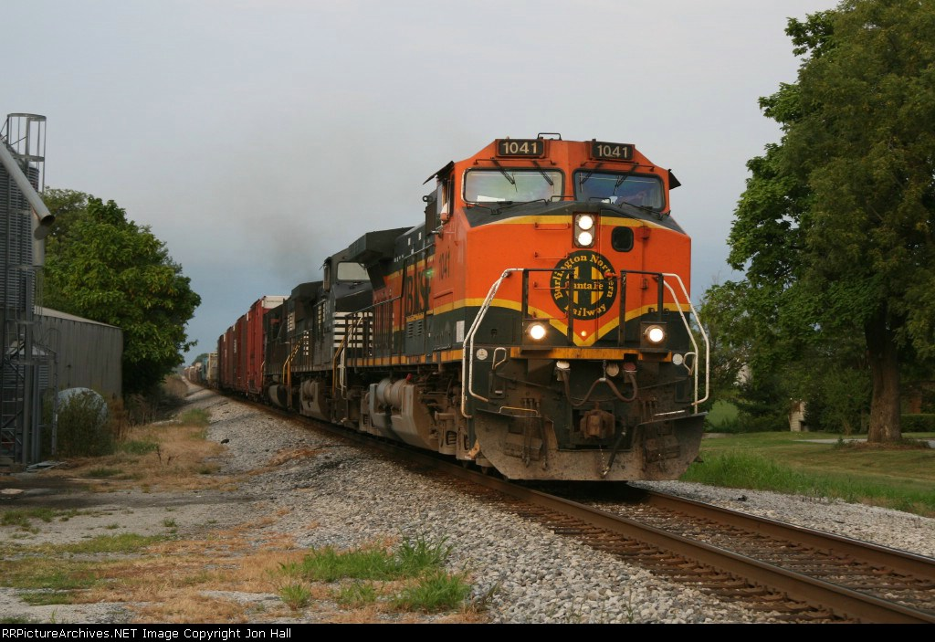 BNSF 1041 chasing the sunset with 19K