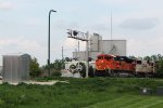 BNSF 8462 approaching Deming Way with the unit grain train