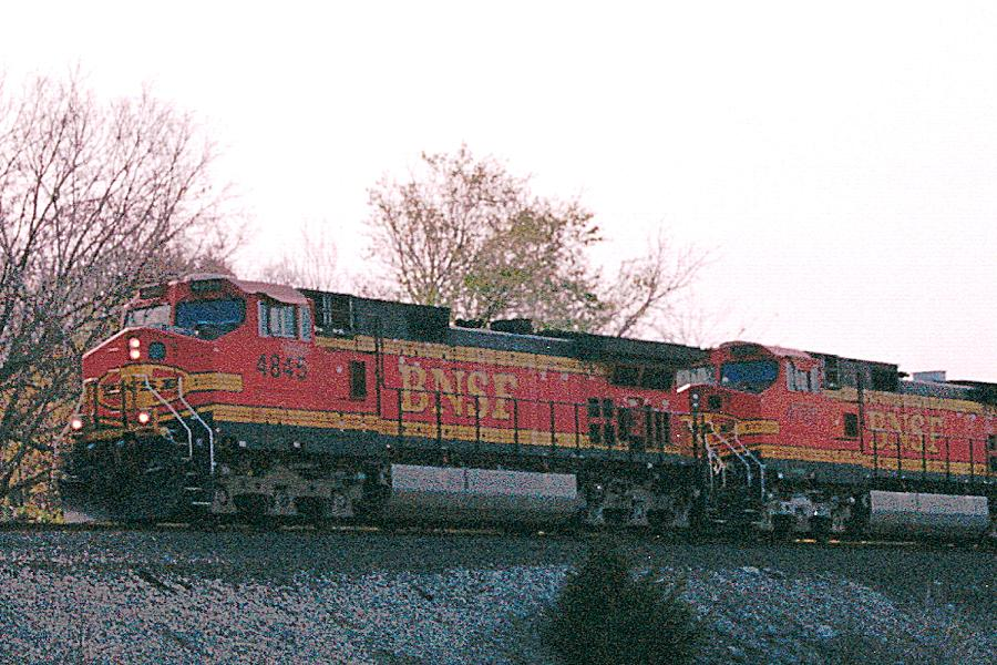 BNSF 4845 and 4780 lead train on the highline