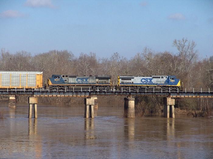 CSX 7864 & CSX 9044 crossing the Flint River
