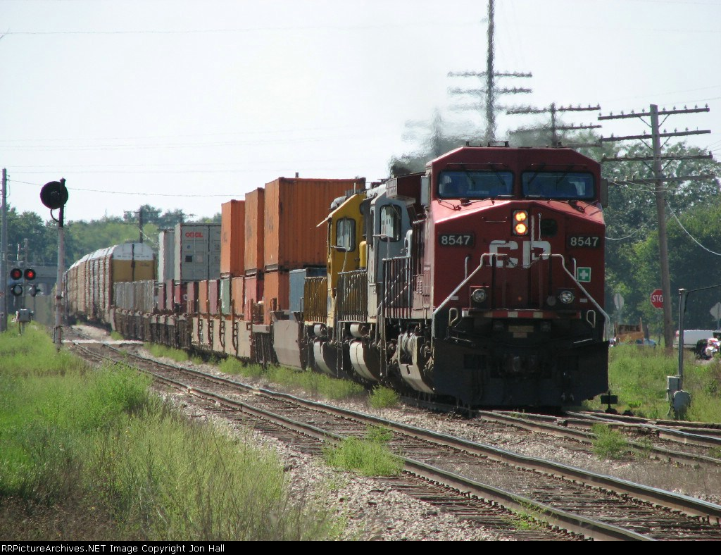 X500-31 rolling east behind CP 8547