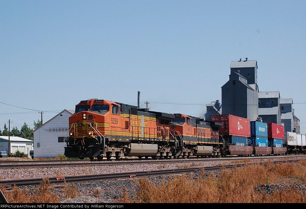 Westbound Burlington Northern Santa Fe Railway Container/TOFC Train