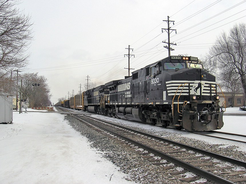 NS 9330 goes west