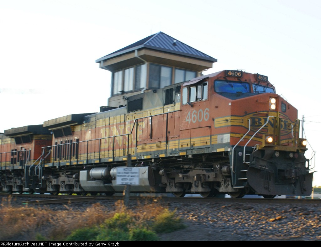 BNSF 4606 EB in the last rays of the sun