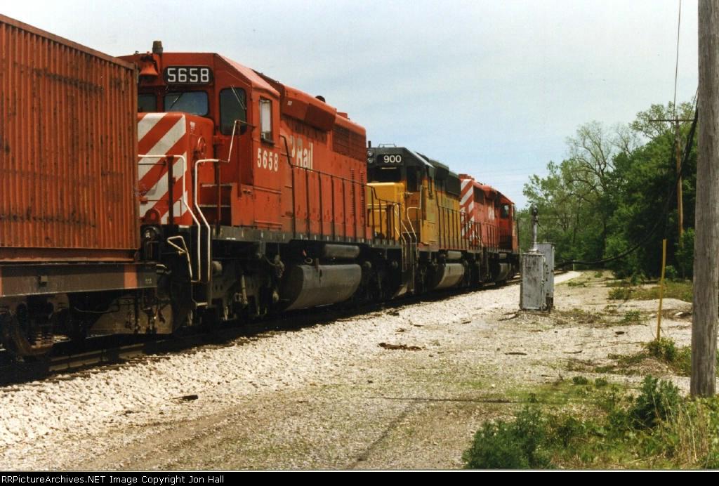 CP 5658 & GATX 900
