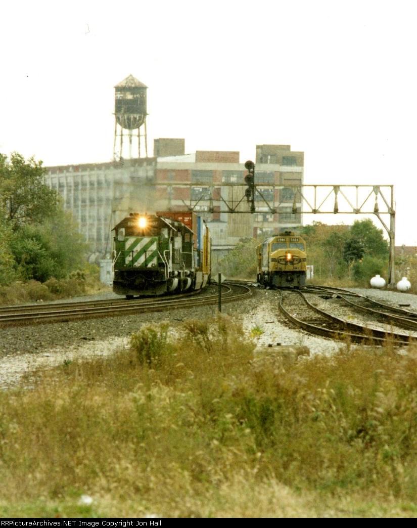 BN 6907 leading an intermodal as ATSF 5984 coasts through the plant