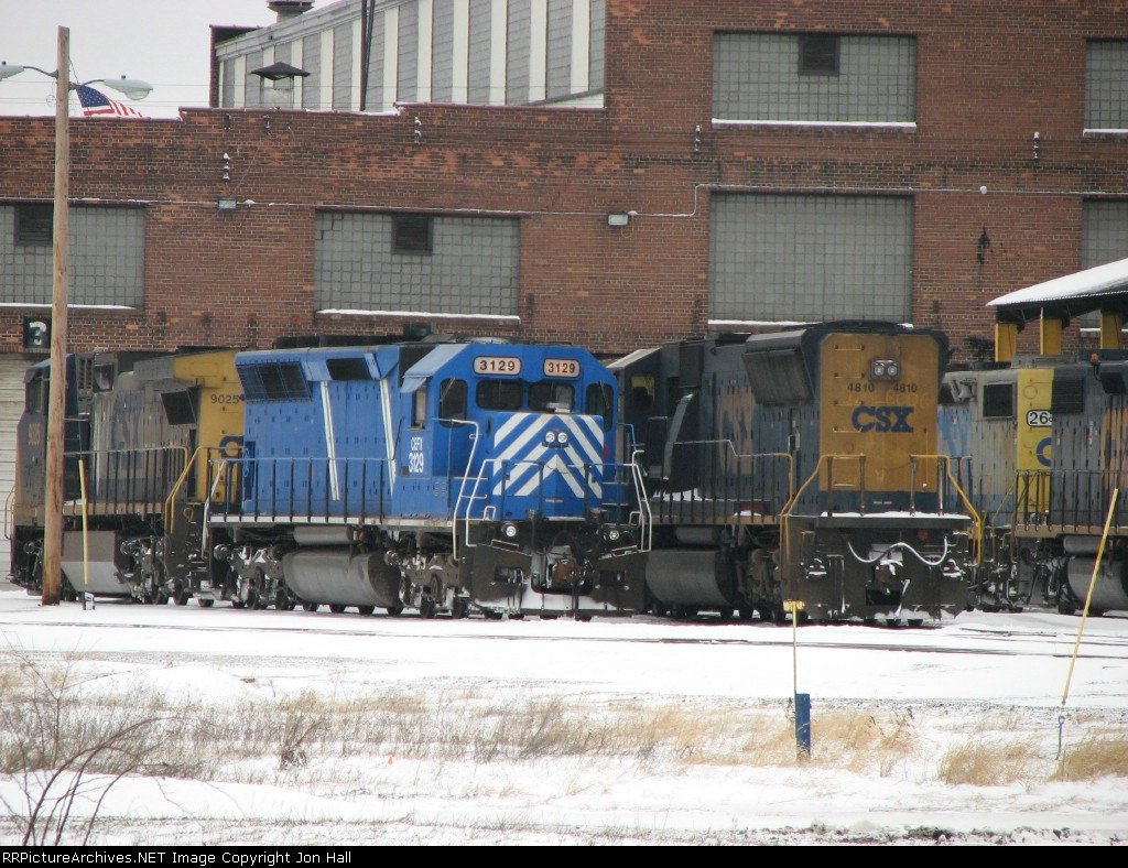 CEFX 3129 sitting with CSX 9025 and 4810