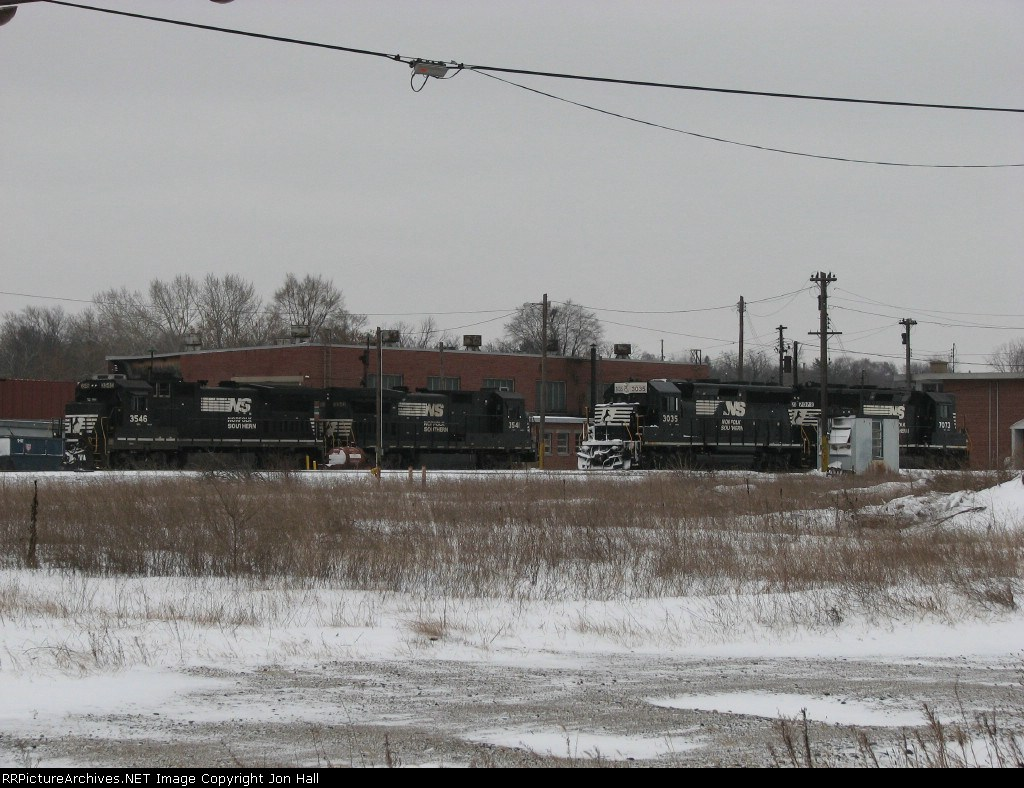 NS 3546, 3541, 3035 & 7073 mingling together on Christmas Eve