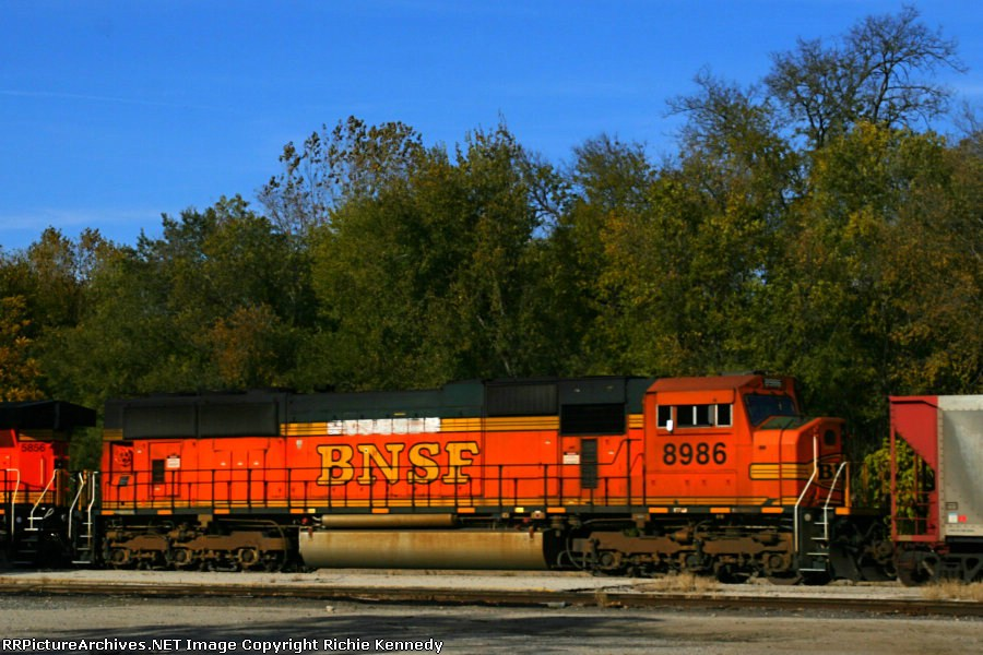 BNSF SD70MAC 8986 is the second unit on a westbound KPL train.