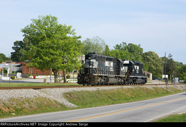 2 SD40-2s head thru Maysville to pick up a cars on Easter Sunday