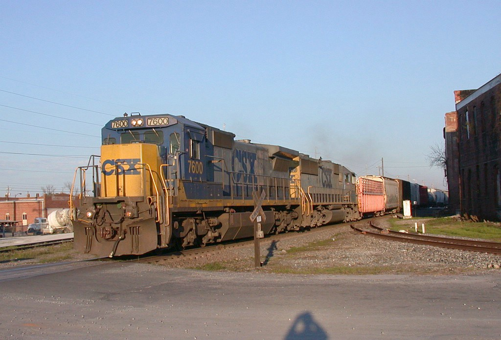 CSX 7600 with NB freight about to cross the diamond