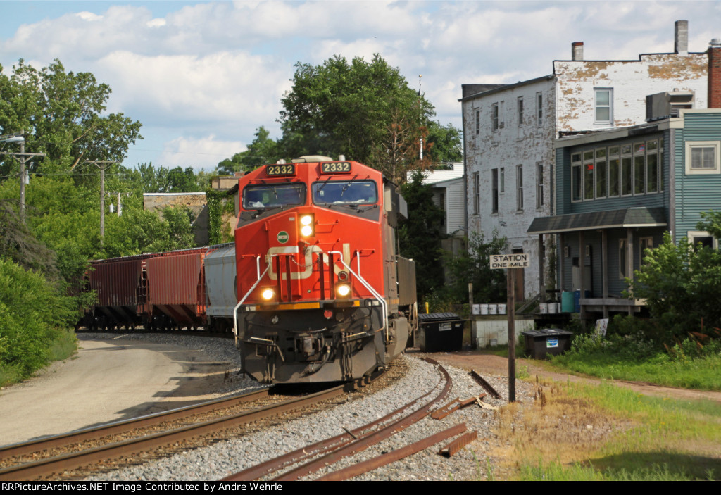 CN L558 gets underway following a snack stop