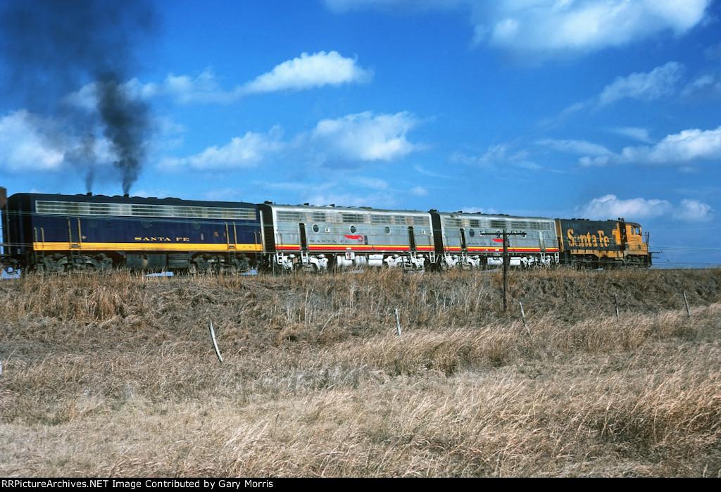 Santa Fe CF7 and B units rolling in Texas