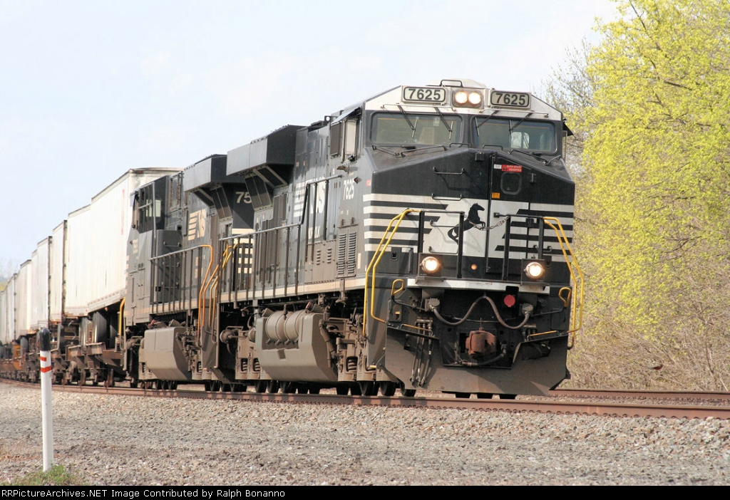 Eastbound NS 20G sports this pair of ES40DC GEVO's as its power today