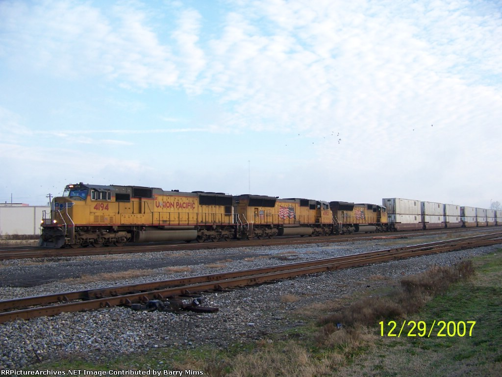 UP 4194 leads NS train 225 south