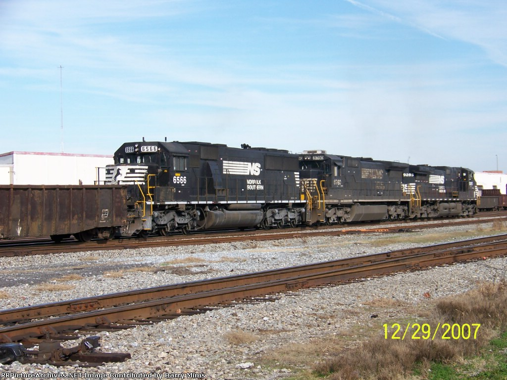 NS 6566 brings up rear of northbound