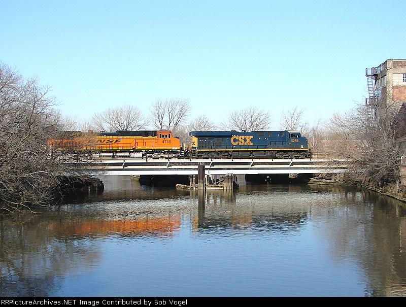 CSX 5285 and BNSF 4715
