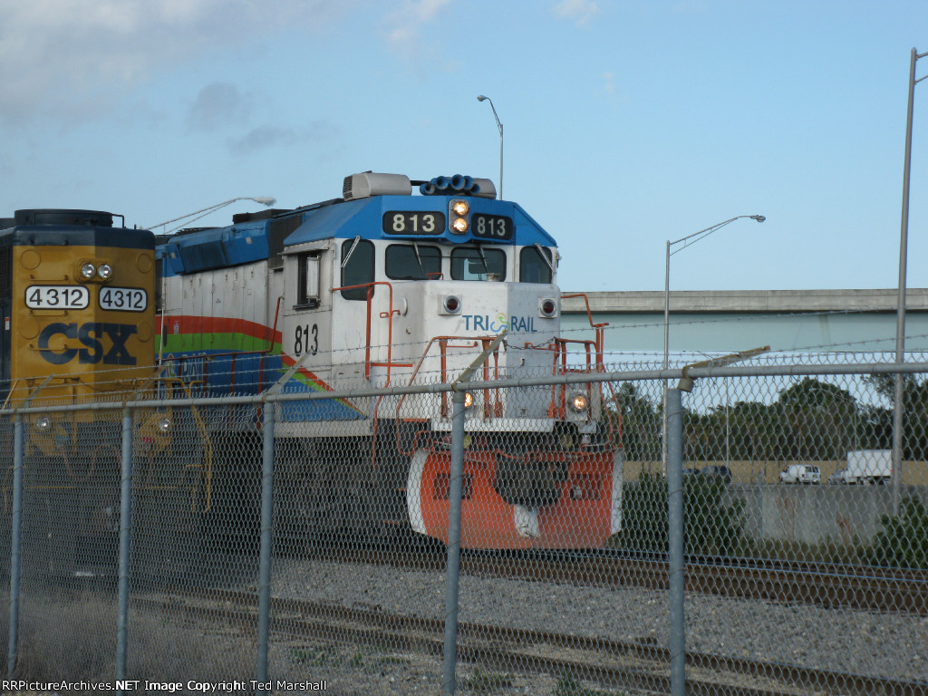 CSXT 4312 sits on F05 while Tri-Rail P635 departs southbound on Track-1