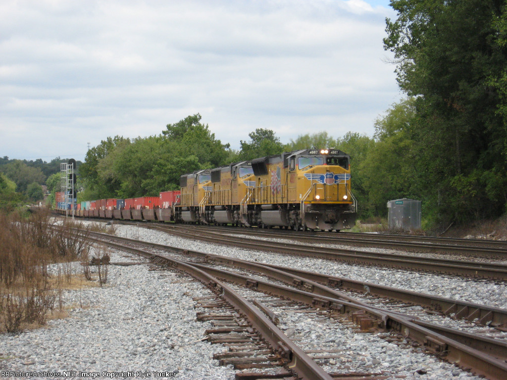 EB intermodal train 22G