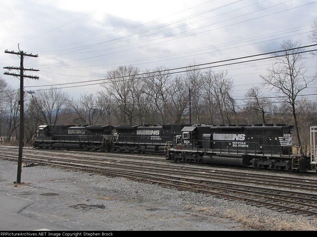 Thoroughbreds on the V92 idle while their crew is on break. NS 6101 along with 3399 is waiting far an assignment
