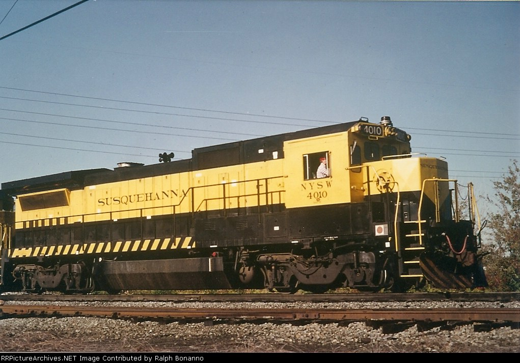 Having been returned to CSX, B40 # 4010  is seen moving around the RF&P yard