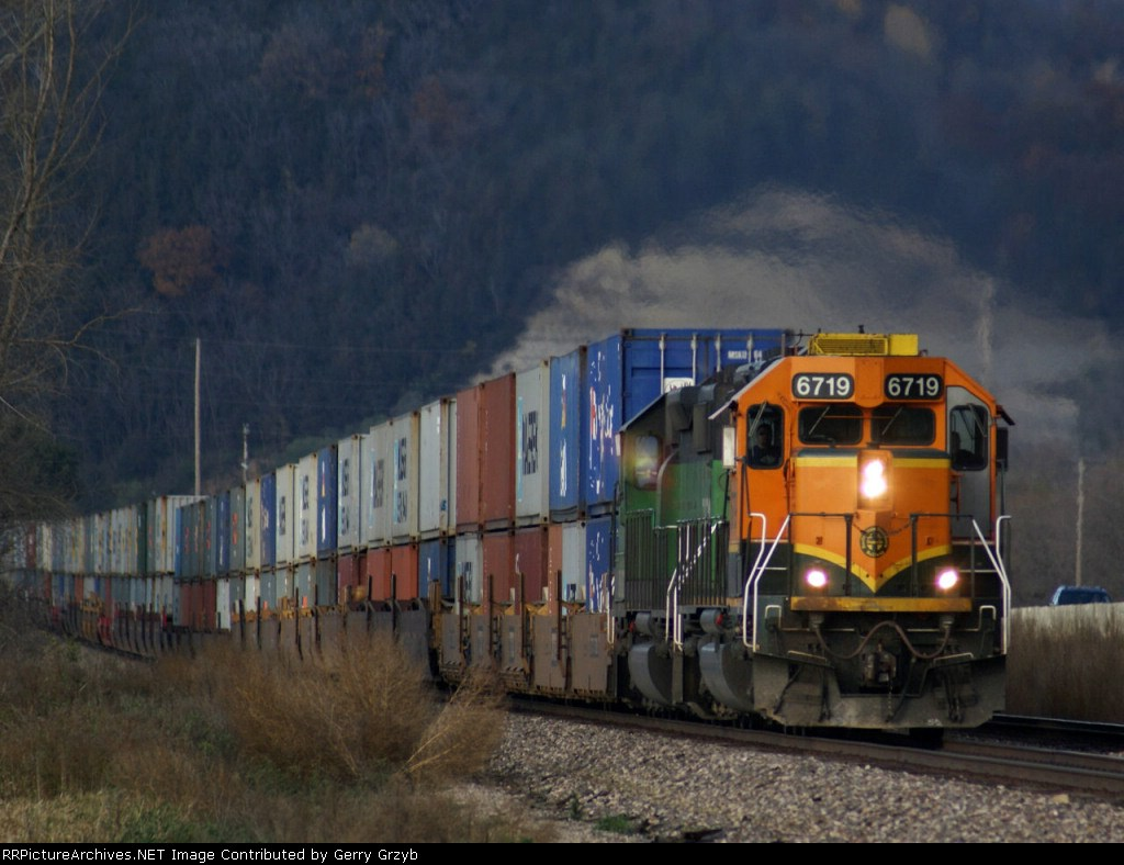 BNSF 6719 leads doublestacks EB at Goose Island