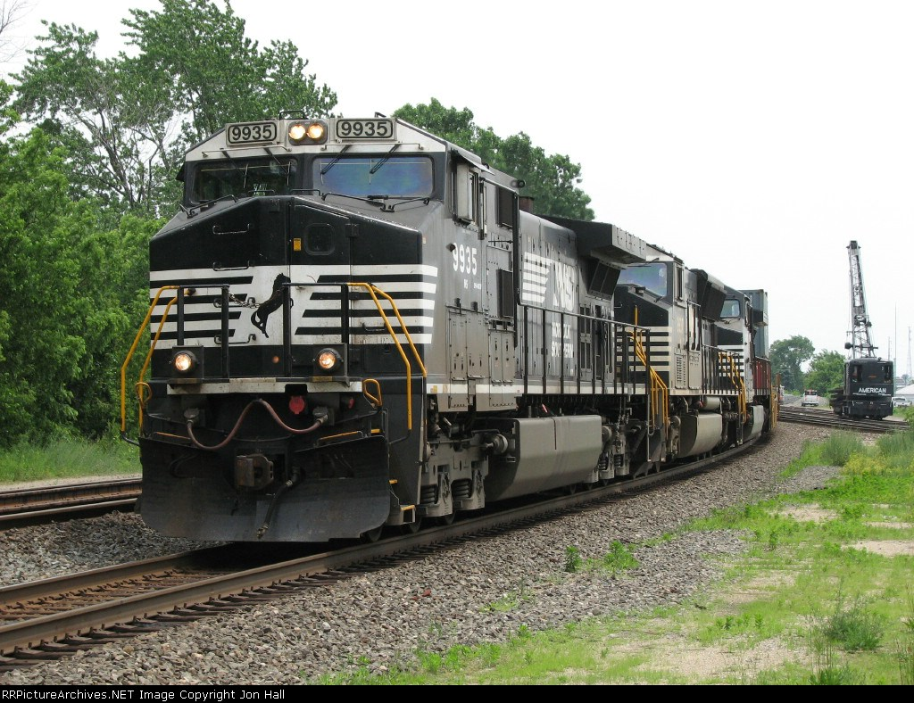 NS 9935 leads 21G past Arnold St