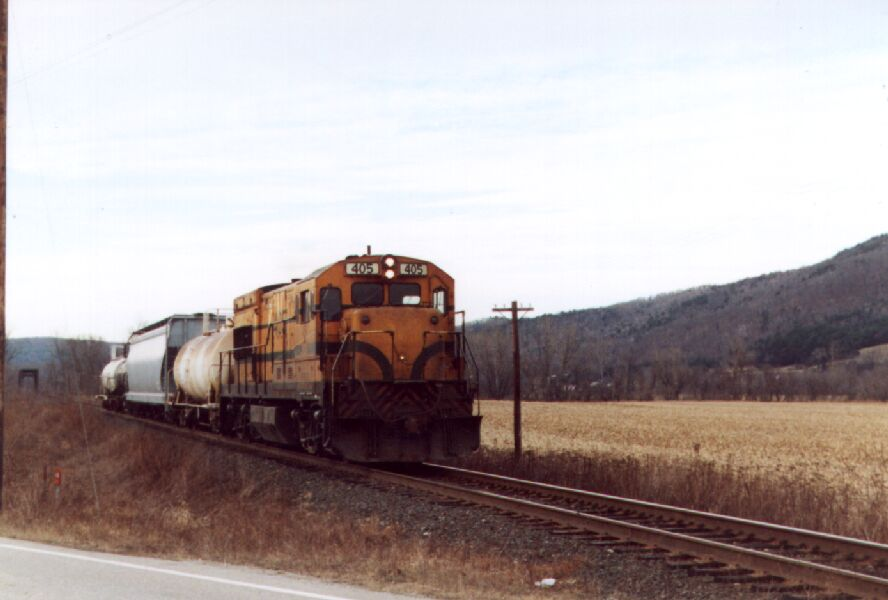 MEC 405 leads a short freight