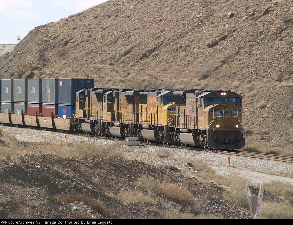 UP 4789 leads an EB doublestack at 1:39pm
