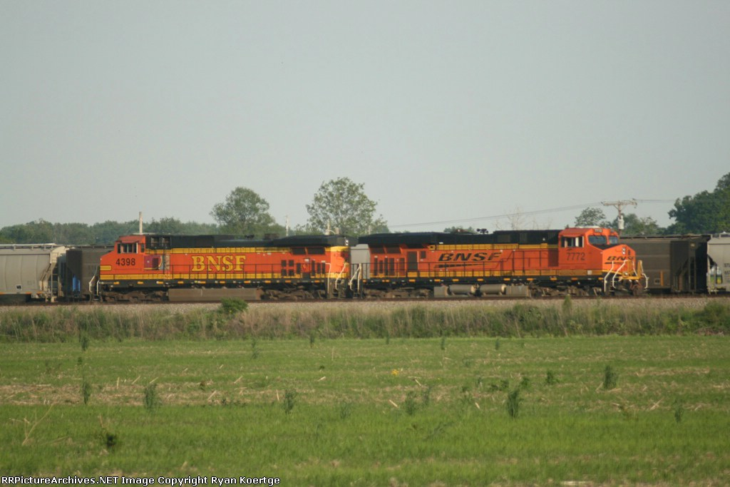 BNSF 4398, 7772 waiting for the elevator to load the grain train