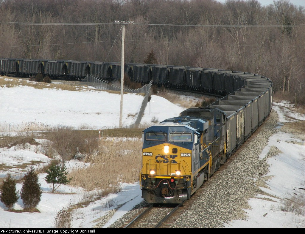 CSX 725 heads east with N913-04 as its hoppers trail back around the curve