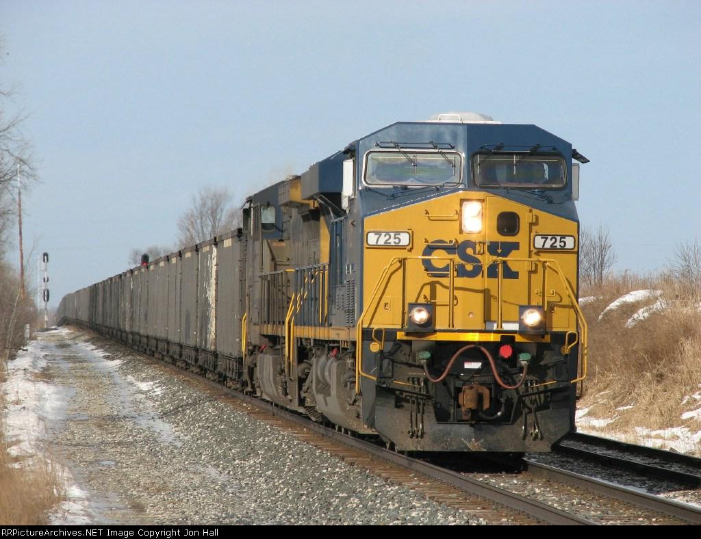 CSX 725 leads N913-04 down the main