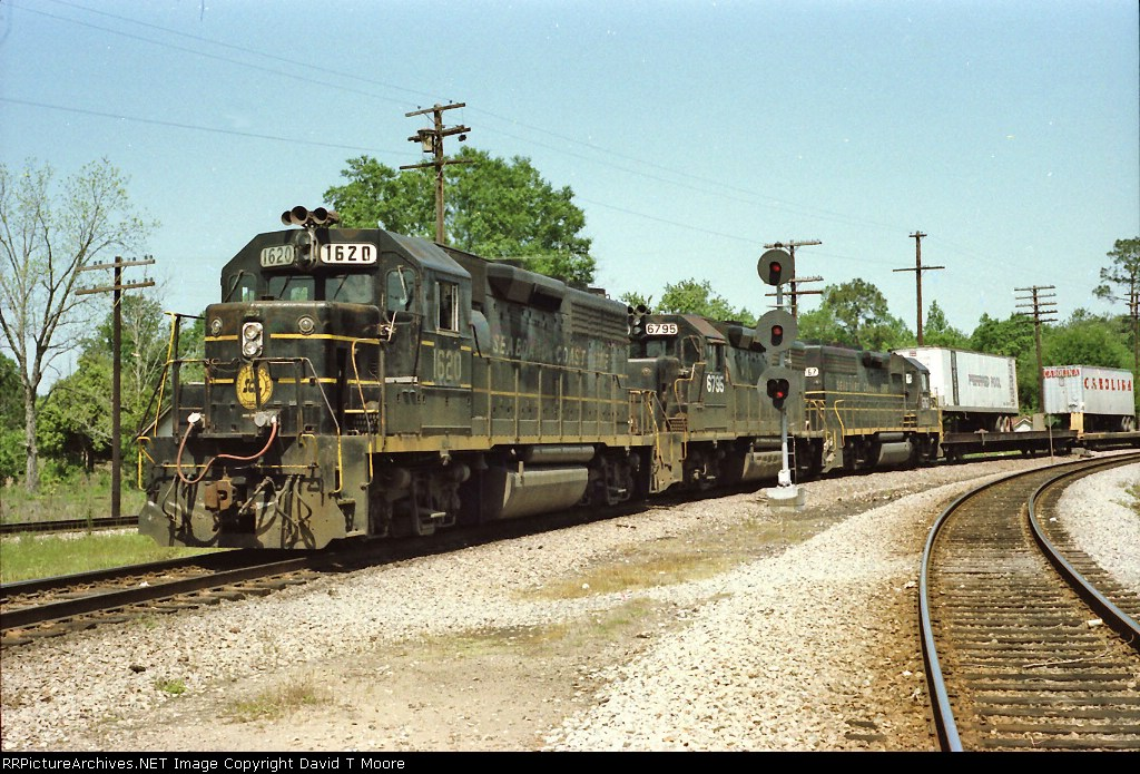 SCL 1620 lead two already renumbered SBD GP40's on Train 175