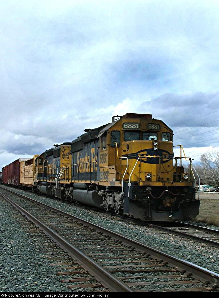 BNSF 6881 idles on a siding