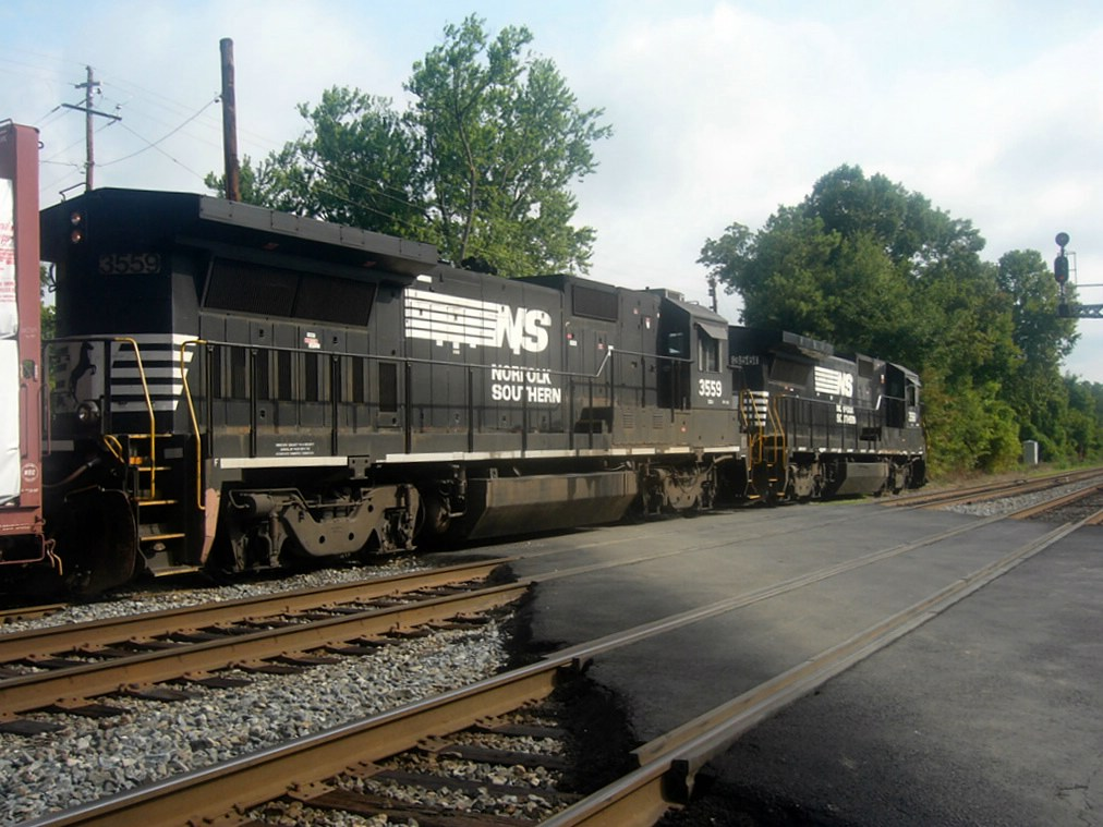 NS GE B32-8 3559 Idles on the NS Duluth Local,Working the Capitol Materials INC. Spur Near the Main Street Grade Crossing