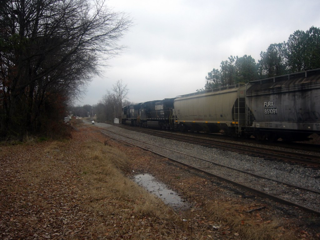 NS GM/EMD SD70M 2591 and NS GE CW40-9 9440 Roll a Northbound Manifest just beyond the Main Street Grade Crossing