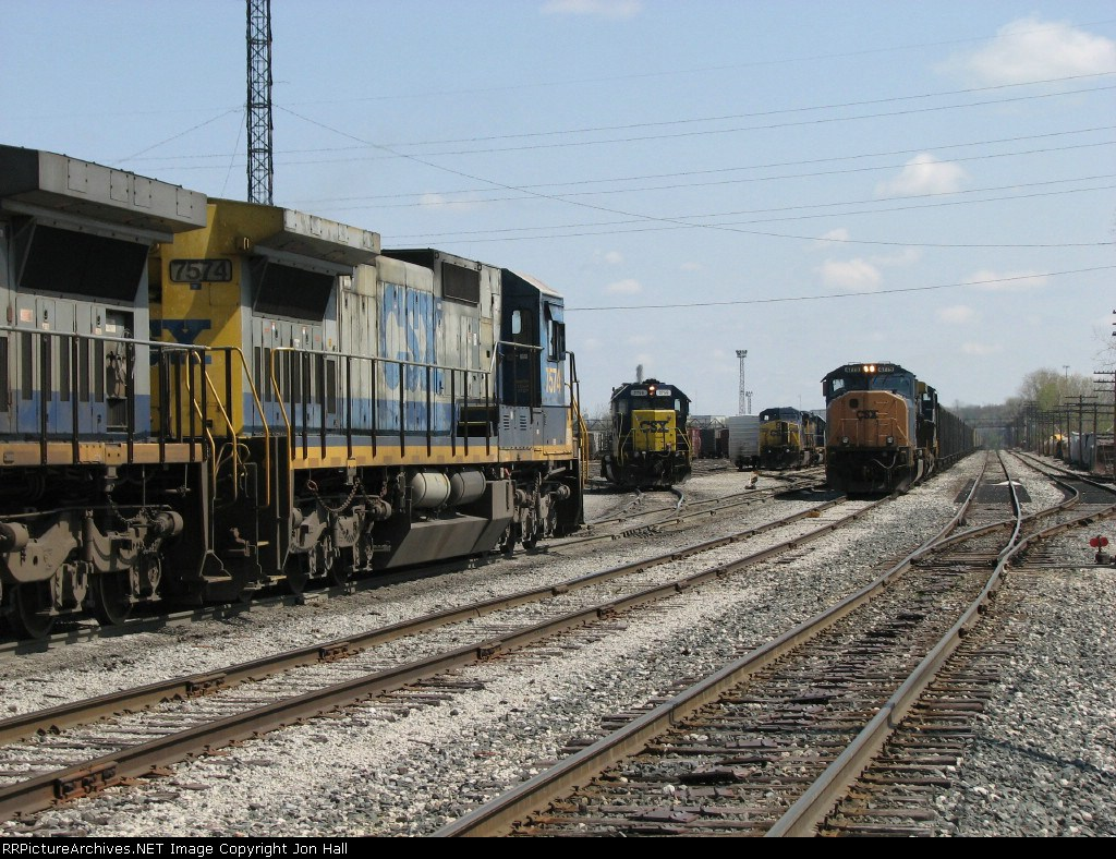 The locomotives of Q326, N900, Y103 and Q335 all converge at the west end